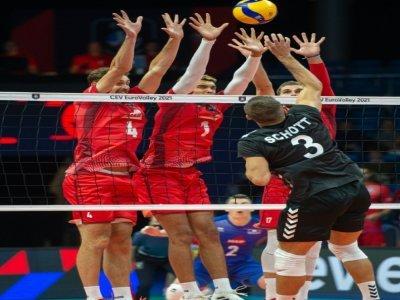 Les volleyeurs français Jean Patry, Barthélémy Chinenyeze et Trevor Clévenot bloquent le smash de l'Allemand Ruben Schott, lors de leur match du 1er tour de l'Euro-2021, le 6 septembre 2021 à Tallinn    RAIGO PAJULA [AFP]
