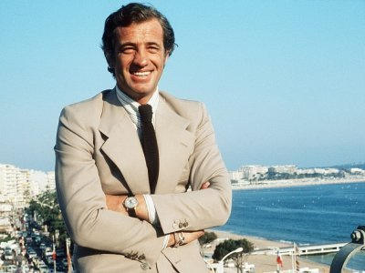 Sur cette photo d'archive prise en mai 1974, Jean-Paul Belmondo, l'une des plus grandes vedettes de l'écran français et un symbole du cinéma de la Nouvelle Vague, sourit pendant le Festival de Cannes    - [AFP/Archives]