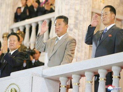 Image diffusée par l'agence nord-coréenne Kcna le 9 septembre 2021 du leader nord-coréen Kim Jong Un (c) assistant à une parade des forces paramilitaires et de sécurité publique à Pyongyang à l'occasion du 73e anniversaire de la fondation de la Répub    STR [KCNA VIA KNS/AFP]