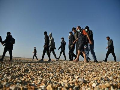 Des migrants sont escortés par le secours en mer britannique à Dungeness, le 7 septembre 2021, dans le sud-est de l'Angleterre - Ben STANSALL [AFP]