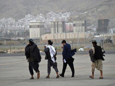 Des talibans sur le tarmac de l'aéroport de Kaboul après le départ d'un appareil de Qatar Airways le 9 septembre 2021    WAKIL KOHSAR [AFP]