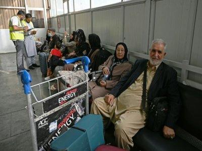 Des passangers attendant de pouvoir quitter Kaboul à bord d'un appareil de Qatar Airways le 9 septembre 2021    WAKIL KOHSAR [AFP]