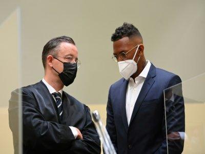 Jerome Boateng échange avec son avocat Kai Walden dans les locaux du tribunal de Munich, le 9 septembre 2021    CHRISTOF STACHE [AFP]