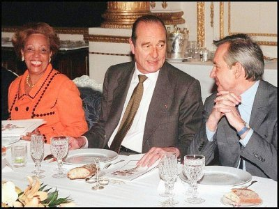 l'ancien président de la République, Jacques Chirac (C), discute avec l'e xministre délégué à l'Outre mer, Jean Jacques de Peretti (D), sous les yeux de Lucette Michaud Chevry, lors d'un déjeuner avec les députés des DOM-TOM, au Palais de l'Elysée à     REMY DE LA MAUVINIERE [POOL/AFP]