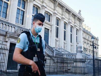 Un gendarme français surveille les abords du Palais de Justice à Paris, le 8 septembre 2021    Alain JOCARD [AFP]