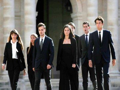 Les petits-enfa,nts de Jean-Paul Belmondo et sa dernière fille Stella (2e à gauche), aux Invalides à Paris le 8 septembre 2021    Ian LANGSDON [POOL/AFP]