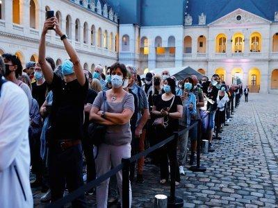 Longue file d'attente du public  pour rendre hommage à l'acteur Jean-Paul Belmondo aux Invalides, le 9 septembre 2021    Thomas SAMSON [AFP]