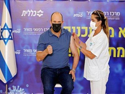 Le Premier ministre israélien Naftali Bennett reçoit sa troisième dose de vaccination à Kfar Saba, le 20 août 2021    JACK GUEZ [AFP]