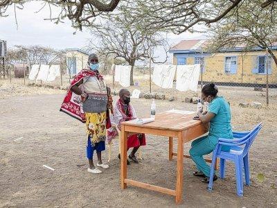 Deux femmes Maasaï s'enregistrent dans un dispensaire pour être vaccinées à  Kajiado (Kenya), le  9 septembre 2021    Patrick Meinhardt [AFP]