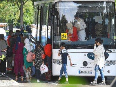 Des réfugiés afghans arrivent à un hôtel à  Strasbourg le 26 août 2021    PATRICK HERTZOG [AFP]