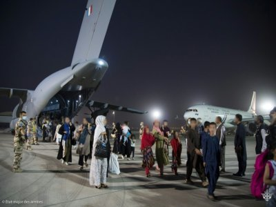Photo fournie par l'Etat-major français des Armées le 26 août 2021, d'Afghans évacués de l'aéroport de Kaboul débarquant d'un avion militaire français à la base aérienne d'Al Dhafra, près d'Abou Dabi    - [Etat Major des Armées/AFP]