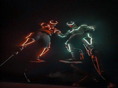 Les robots leds mettront de l'animation lors des déambulations nocturnes, accompagnés de DJ Set.    Justine Tariel