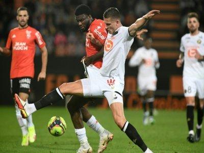 L'attaquant nigérian de Lorient, Terem Moffi, à la lutte avec le défenseur néerlandais de Lille, Sven Botman, lors de la 5e journée de Ligue 1, le 10 septembre 2021 au Stade du Moustoir    Fred TANNEAU [AFP]