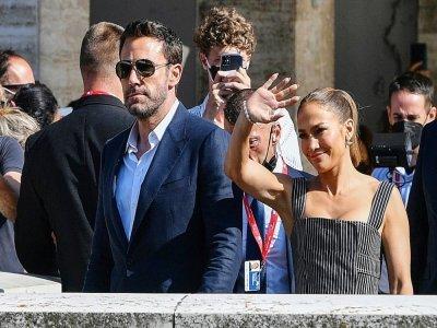 """La chanteuse américaine Jennifer Lopez et l'acteur américain Ben Affleck quittent le Palazzo del Casino après que Affleck a particiéance photos pour le film """"The Last Duel"""" présenté hors compétition à la 78ème édition de la Mostra, à Venise le 10 sep    Filippo MONTEFORTE [AFP]"""
