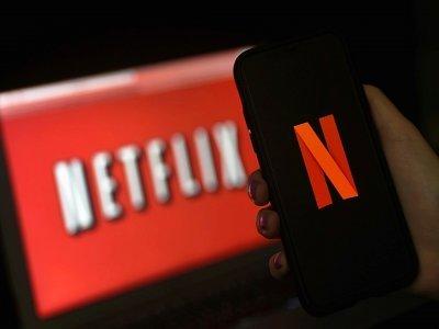 Photo prise le 31 mars 2020 montrant un écran d'ordinateur et de téléphone portable révélant le logo de Netflix à Arlington, Virginie, etats-Unis    Olivier DOULIERY [AFP/Archives]