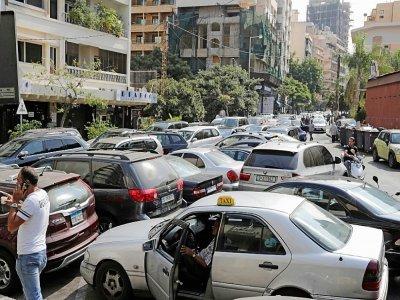 Des automobilistes font la queue devant une station-service dans le quartier de Hamra, le 20 août 2021 à Beyrouth, au Liban    ANWAR AMRO [AFP]