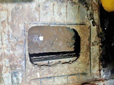 Image fournie par le service pénitentiaire israélien de l'entrée d'un tunnel creusé sous un évier à la prison de Gilboa, dans le nord d'Israël, le 6 septembre 2021    - [Israel Prison Service/AFP]