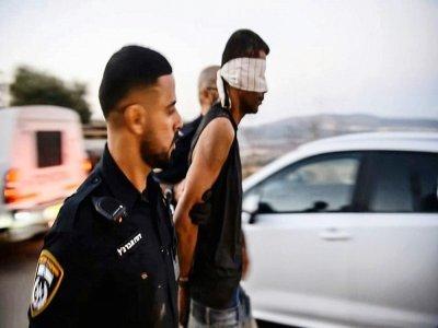 Image tirée d'une vidéo de la police israélienne, le 11 septembre 2021, montrant l'arrestation près de Nazareth de Zakaria al-Zoubeidi, l'un des six Palestiniens échappés d'une prison quelques jours auparavant    - [ISRAELI POLICE/AFP]