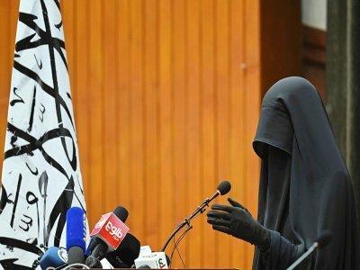 Une étudiante afghane en niqab noir prend la parole lors d'un rassemblement pro-talibans à l'universita Shaheed Rabbani, le 11 septembre 2021 à Kaboul    Aamir QURESHI [AFP]