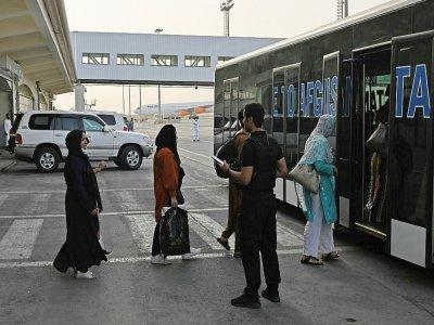 Des passagers montent dans un bus avant d'embarquer à bord d'un avion de la Qatar Airways, le 10 septembre 2021 à l'aéroport de Kaboul    Aamir QURESHI [AFP]