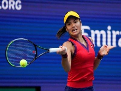 La Britannique Emma Raducanu frappe un coup droit face à la Canadienne Leylah Fernandez lors de la finale du simple dame de l'US Open, qu'elle a remportée, au Centre national de tennis Billie Jean King National Tennis ç New York, le 11 septembre 2021 - TIMOTHY A. CLARY [AFP]