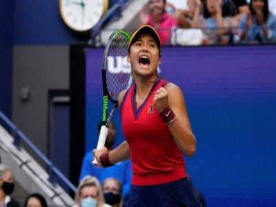 La Britannique Emma Raducanu se félicite d'un point gagné lors de la finale du simple dames de l'US Open qu'elle a remportée face à la Canadienne Leylah Fernandez au centre national de tennis Billie Jean King à  New York, le 11 septembre 2021 - TIMOTHY A. CLARY [AFP]