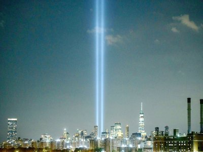 Le 'Tribute in Light', installation artistique commémorant l'attaque terroriste du 11 septembre 2001, à l'endroit des deux tours jumelles détruites par ces attentats    Ed JONES [AFP]
