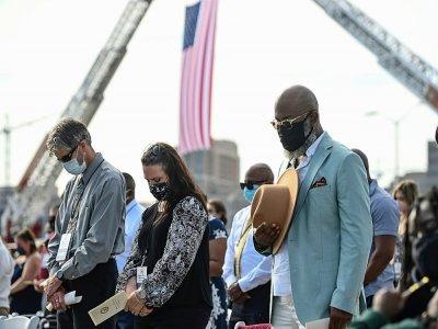 Des personnes se recueillent pendant les commémoration du 20e anniversaire des attaques que 11 septembre 2001, le 11 septembre 2021 au Pentagone, à Washington    SAUL LOEB [AFP]