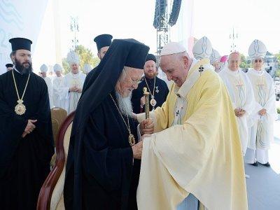 Le pape François accueilli par des religieux, le 12 septembre 2021 à Budapest, en Hongrie    Handout [VATICAN MEDIA/AFP]