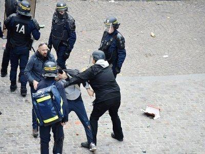 Alexandre Benalla (C) portant un casque et Vincent Crase (C, G) empoignent un manifestant le 1er mai 2018 sur la place de la Contrescarpe à Paris    Naguib-Michel SIDHOM [AFP/Archives]
