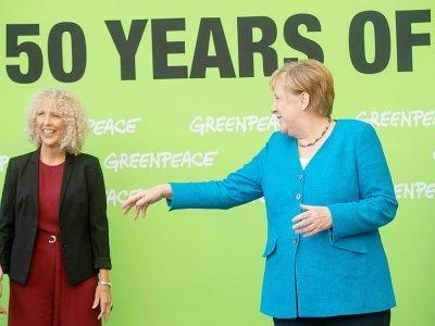 La cheffe de Greenpeace, Jennifer Morgan (g), et la chancelière allemande Angela Merkel, à l'occasion des festivités pour les 50 ans de l'ONG, le 30 août 2021 à Stralsund, dans le nord de l'Allemagne    Stefan Sauer [POOL/AFP/Archives]
