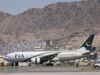 Un avion de la compagnie pakistanaise PIA sur le tarmac de l'aéroport de Kaboul, après son atterrissage, le 13 septembre 2021    Karim SAHIB [AFP]