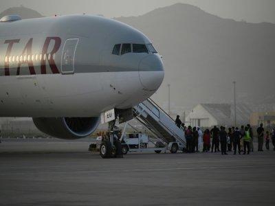 Des passagers montent à bord d'un avion de la Qatar Airways, le 10 septembre 2021 à l'aéroport de Kaboul, en Afghanistan    Aamir QURESHI [AFP/Archives]