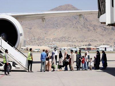 Des passagers attendent de monter à bord d'un avion de la compagnie pakistanaise Pia, le 13 septembre 2021 à l'aéroport de Kaboul, en Afghanistan    Karim SAHIB [AFP]
