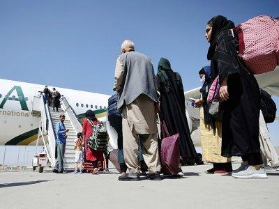 Des passagers montent à bord d'un avion de la compagnie pakistanaise Pia, le 13 septembre 2021 à l'aéroport de Kaboul, en Afghanistan    Karim SAHIB [AFP]