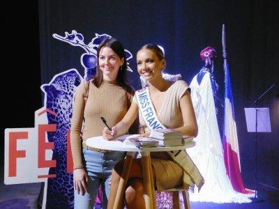 Une popularité incontestable Des centaines d'admirateurs ont fait la queue pour tenter d'approcher Miss Francequi a récompensé leur patience en signant des autographes et en posant pour des photos.    Guillaume Lemoine