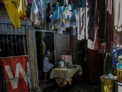 Kylie Larrobis, 7 ans, suit les cours en ligne chez elle, le 3 septembre 2021 à Manille, aux Philippines    Jam STA ROSA [AFP]