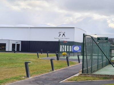 Le nouveau court de tennis couvert, avec vestiaires et club-house.