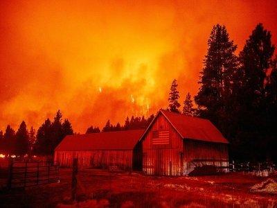 Les flammes du Caldor Fire ravagent des maisons autour d'Echo Summit, en Californie, le 30 août 2021    JOSH EDELSON [AFP/Archives]