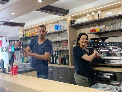 Aline et Maximilien Couesnard ont repris le Café de la place depuis le 17 août. - Nathalie Hamon