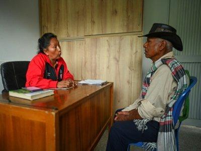 La militante autochtone écologiste Célia Umenza reçoit un homme dans son bureau à Tacueyo, dans le département de Cauca au sud-ouest de la Colombie, le 7 septembre 2021    LUIS ROBAYO [AFP]
