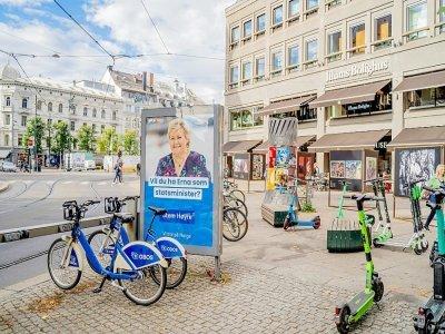 Une affiche électorale de la Première ministre de centre droit Erna Solberg avant les élections législatives, le 8 septembre 2021 à Oslo, en Norvège    Ali Zare [NTB/AFP/Archives]