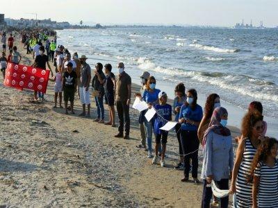 Des Tunisiens forment une impressionnante chaîne humaine sur cinq plages de la banlieue sud de Tunis pour protester contre la pollution marine le 12 septembre 2021    ANIS MILI [AFP]