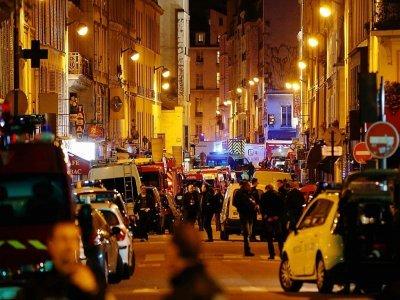 Des policiers, pompiers et secouristes près du Bataclan où un commando jihadiste a fait irruption, dans la nuit du 13 au 14 novembre 2015 à Paris    FRANCOIS GUILLOT [AFP/Archives]