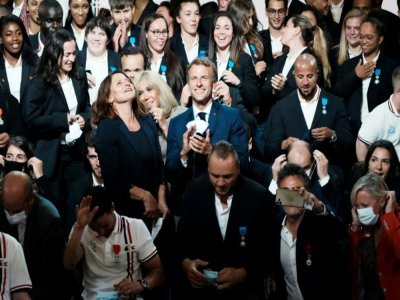 Emmanuel Macron et sa femme Brigitte Macron posent avec les athlètes français médaillés aux Jeux de Tokyo et récompensés lors d'une cérémonie à Paris, à l'Elysée, le 13 septembre 2021    Thibault Camus [POOL/AFP]
