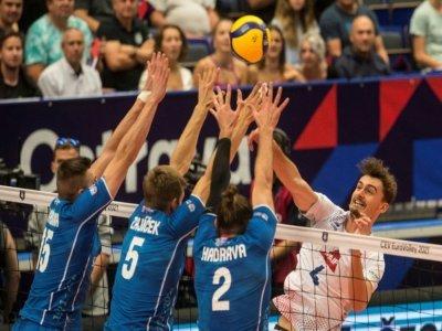 La défense tchèque intraitable sur un smash de Jean Patry lors de la défaite des Bleus à Ostrava, le 13 septembre 2021    Michal CIZEK [AFP]