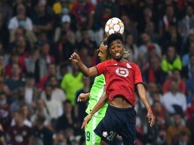L'attaquant de Lille Angel Gomes et le défenseur de Wolfsburg Kevin Mbabu, le 14 septembre 2021 en Ligue des champions à Lille    Denis Charlet [AFP]