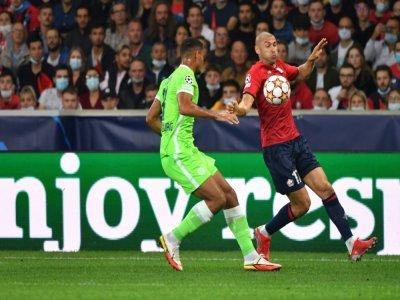 L'attaquant lillois Burak Yilmaz tente un débordement sur le défenseur de Wolfsburg Maxence Lacroix au stade Pierre-Mauroy, le 14 septembre 2021    Denis Charlet [AFP]