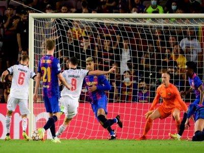Le buteur du Bayern Munich Robert Lewandowski fusille le gardien du Barça Marc-André Ter Stegen au Camp Nou, le 14 septembre 2021    LLUIS GENE [AFP]