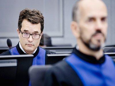 Les procureurs Jack Whiting (à gauche) et Cezary Michalczuk pendant une audience préliminaire du tribunal spécial pour le Kosov, le 9 juin 2021 à La Haye    Sem van der Wal [ANP/AFP/Archives]